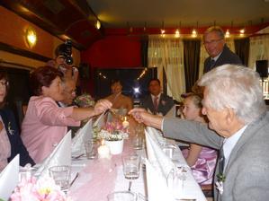 Jedny brýle putovali celou starší částí svatebčanů...