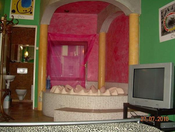"""""""vkusné"""" bývanie ;-) - aj my obyčajní ludia si možeme dopriat luxus v spálni :D postel, telka, """"džakúzi"""" a kúpelna, no čo viac si v izbe priat :)"""