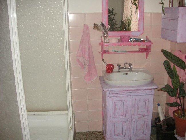 """""""vkusné"""" bývanie ;-) - ešte sprcháč to chce prestriekat na ružovo, vyšmirglovat a bude to fajn ;-)"""