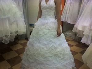 moje prvé skúšané šaty. krásna ale neskutočne ťažká sukňa