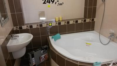 Rozměrově podobná koupelna a vejde se tam i 140x140 vana... Super