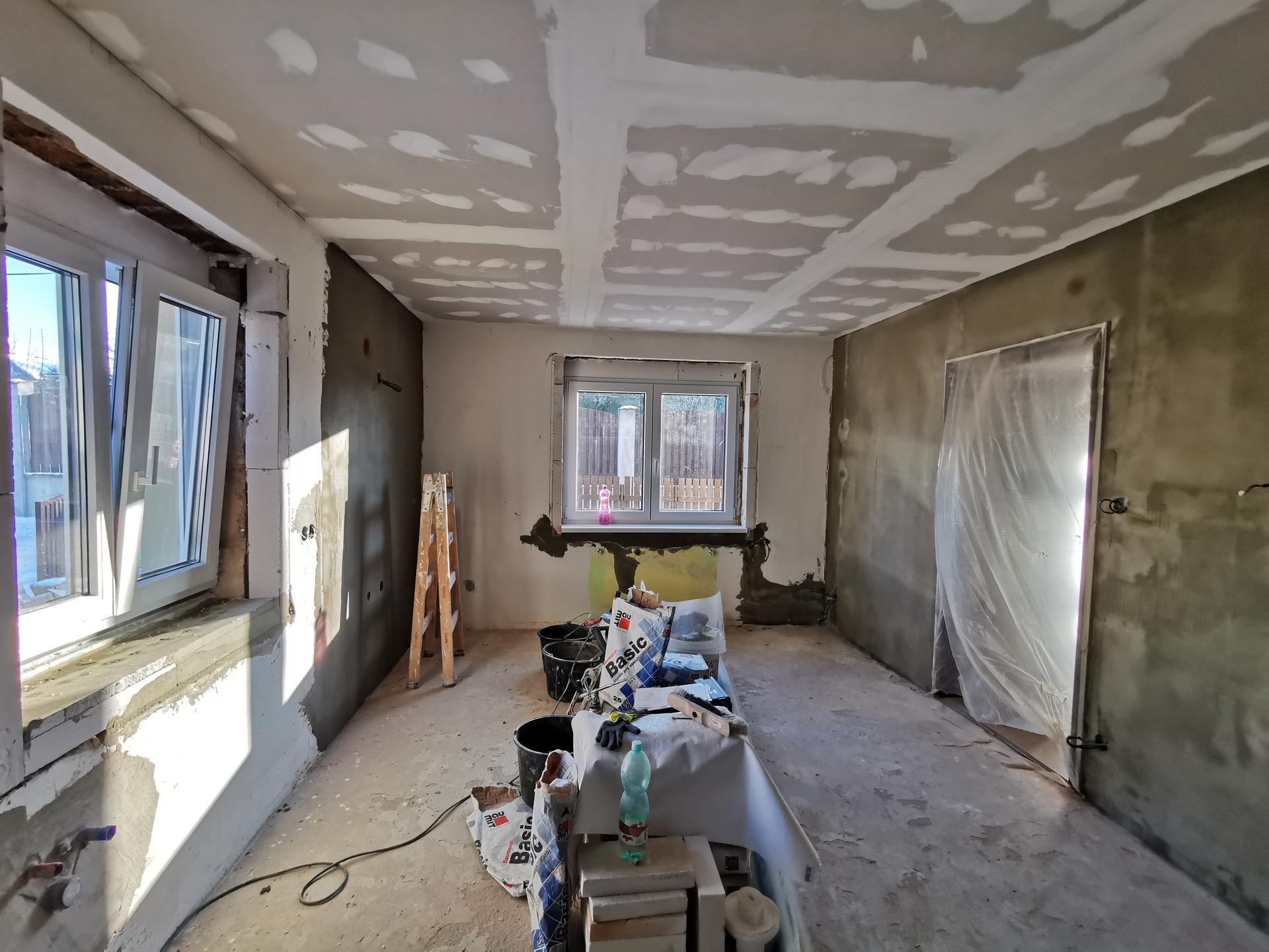 Kuchyně - rekonstrukce - Okna vyměněna, jedou se omítky