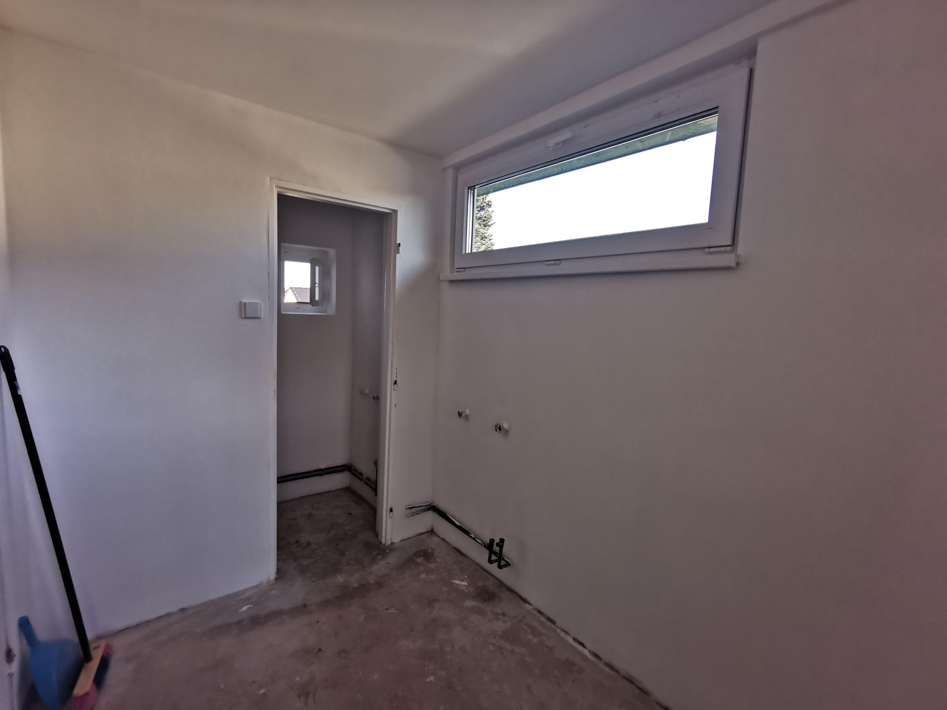 Kuchyně - rekonstrukce - Zádveří si ještě na podlahu počká. Rozhodli jsme se vyměnit i vstupní dveře. KDYŽ UŽ, TAK UŽ! 😊