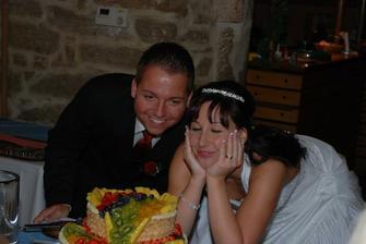 Krájení svatebního dortíku...