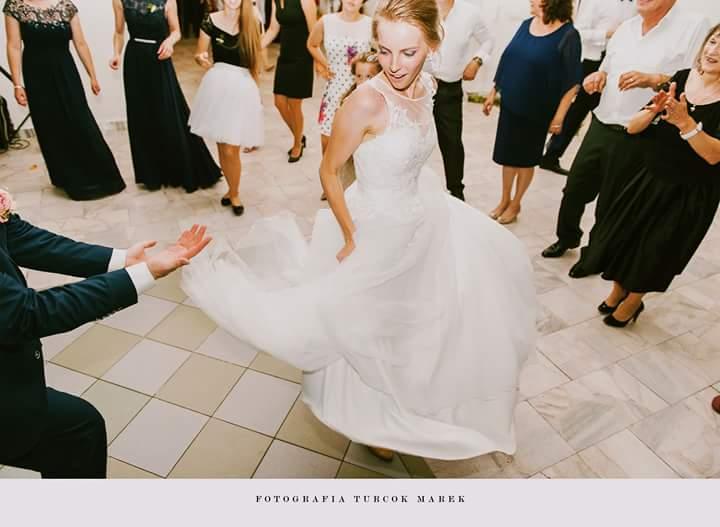 Ked sa po niekolko mesacnych pripravach svadby zobudite uprostred jula v svoj svadobny den. Vonku prsi, je 13 stupnov a vy rozmyslate ako nezamrznut lebo ste nepredpokladali take teploty a nemate na saty nic. Tak si zoberiete svoju kozenku ktorej rukav je este stale zaspineny od farby... a utekate ku kadernicke. Z vasho portretoveho vysnivaneho fotenia pri rybniku nebude nic, lebo by tie krasne biele saty ktore ste tak dlho vyberali boli jednym krokom pri ribniku cierne a tak vam ostane interier. Ale na konci dna, teda skor na druhy den si lahate do postele so svojim manzelom, najlepsim priatelom a s uzasnym pocitom na dusi, ze tak to bude uz po cely zvysok zivota... a zistite ze niektore veci su v zivote absolutne nepodstatne :-* - Obrázok č. 1