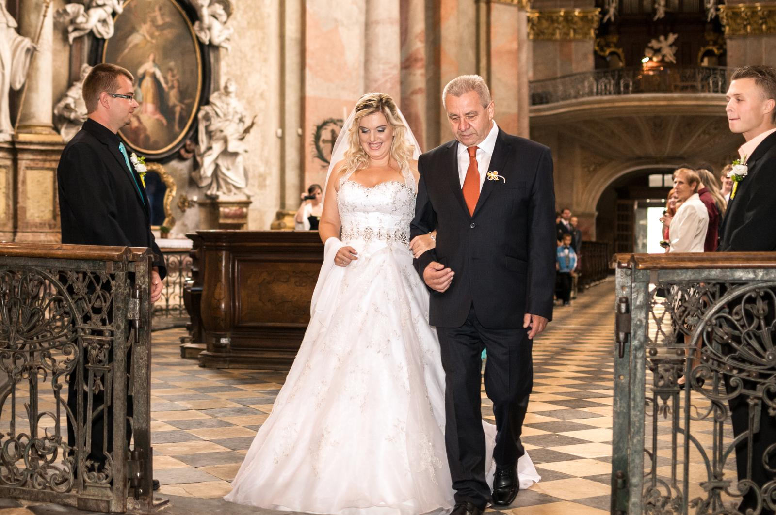 Veronika{{_AND_}}Zbyněk - S dědečkem, šíleně se mi klepaly nohy, ...v ten moment jsem mužskou figuru, která vede nevěstu, pochopila. :-)