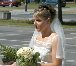 nevěsta čeká před síní na ženicha