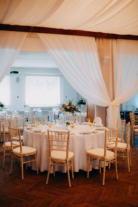 Chiavari & okrúhle stoly na svadbe Katky & Mariána - KD Rudník ♥ - Obrázok č. 2