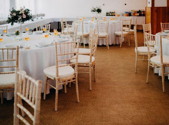Chiavari & okrúhle stoly na svadbe Katky & Mariána - KD Rudník ♥ - Obrázok č. 1