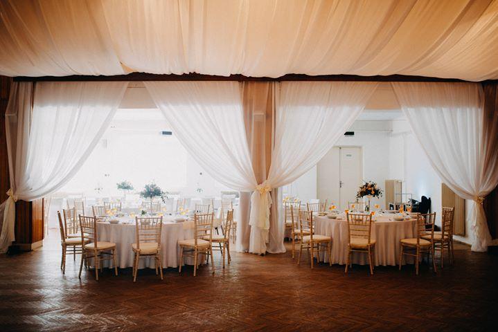 Chiavari & okrúhle stoly na svadbe Katky & Mariána - KD Rudník ♥ - Obrázok č. 3