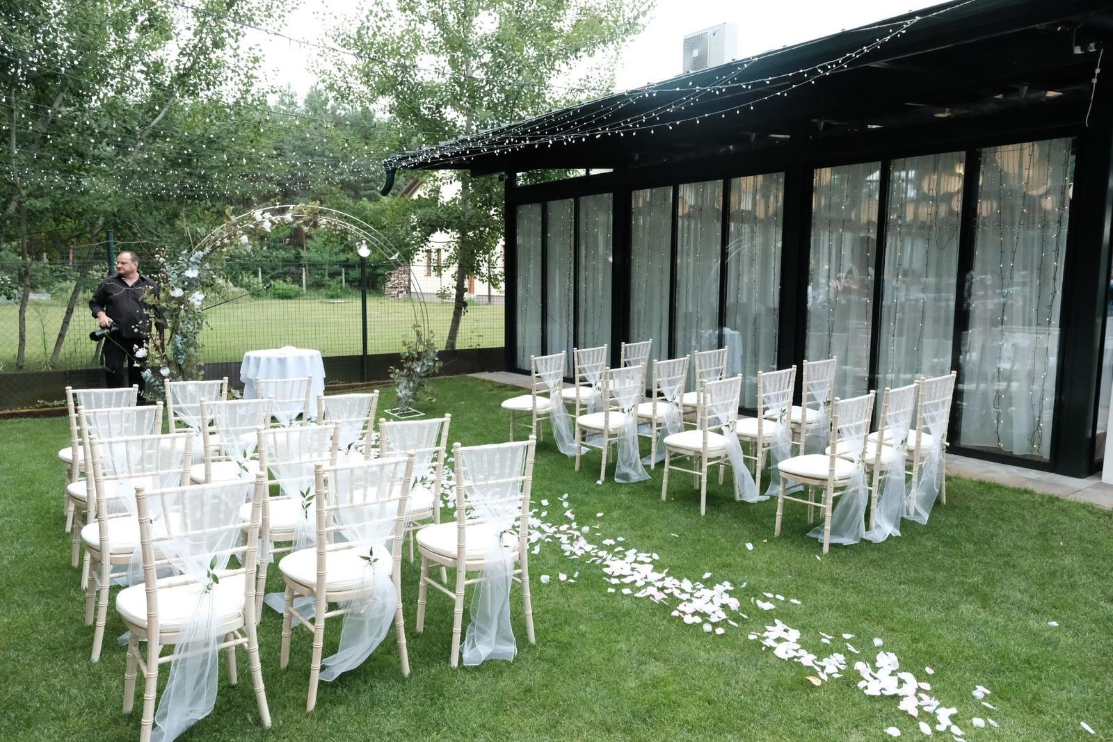 Chiavari & okrúhle stoly na svadbe Nikolet & Erika - TROPIC Šaštín ♥ - Obrázok č. 1
