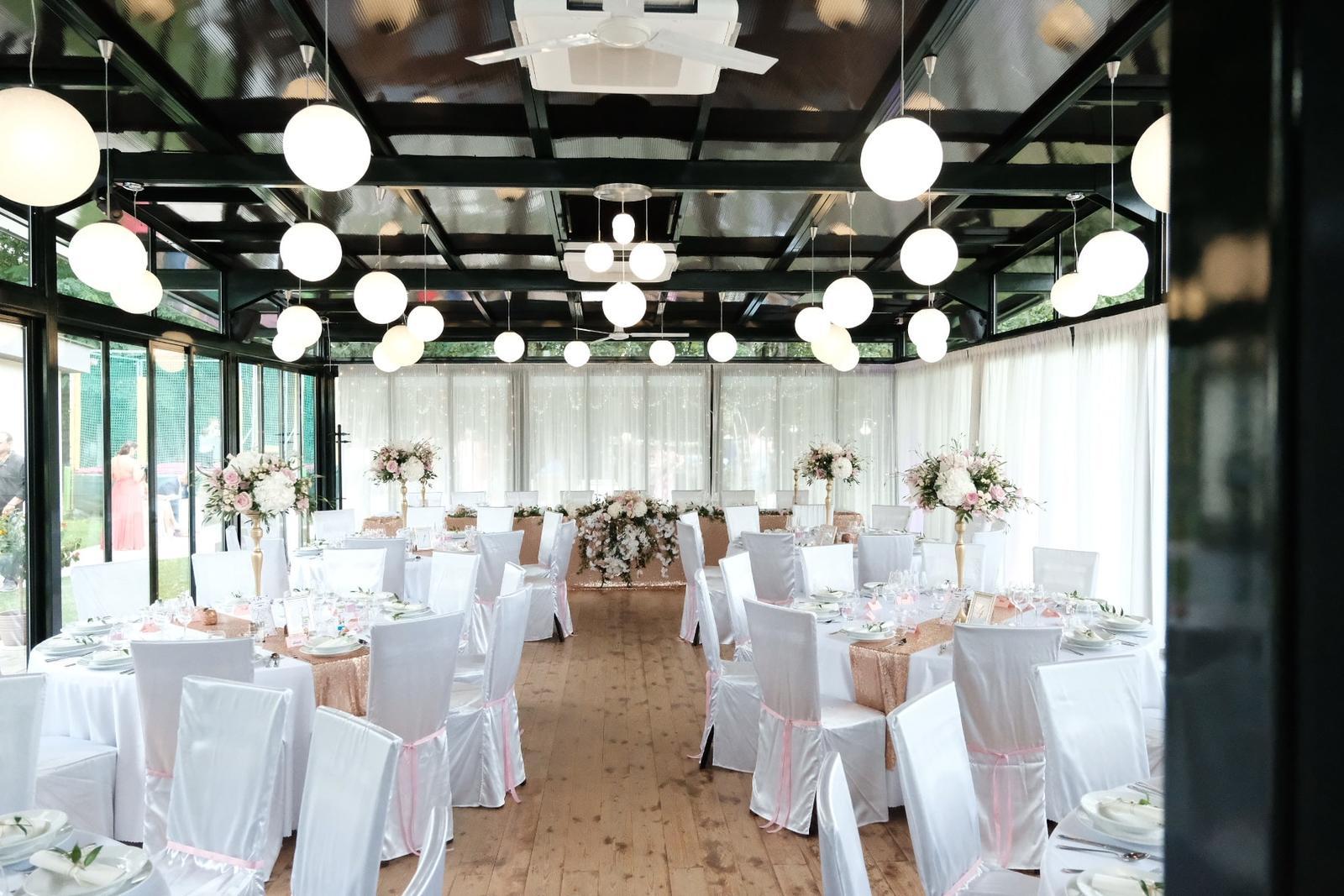 Chiavari & okrúhle stoly na svadbe Nikolet & Erika - TROPIC Šaštín ♥ - Obrázok č. 3
