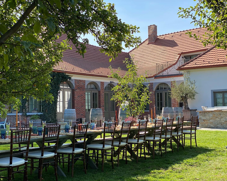 Hnedé Chiavari na grécko-slovenskej svadbe - Wiegerova vila ♥ - Obrázok č. 3