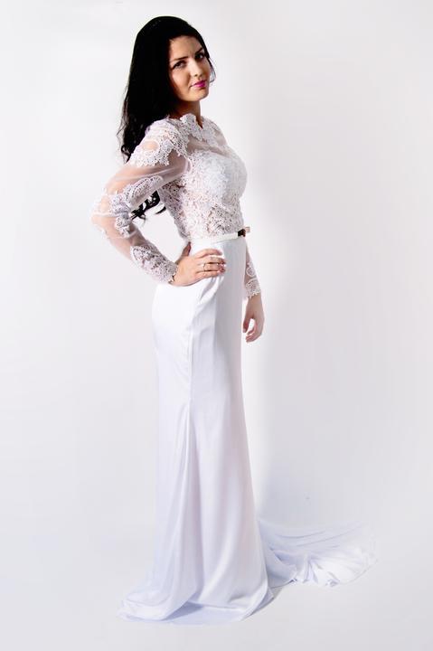 86b60f49d Predaj svadobných a spoločenských šiat - Krásne krajkové úzke šaty vel.36  aj s opaskom .Cena 160 eur.Fotky sú vyrobené mnou prosím nekopírovat.