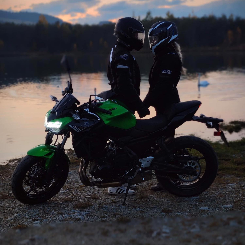:) dnes je to mesiac čo som si zobrala moju lásku :) rozhodli sme sa, že si splníme ďalší sen a kúpili sme si motorku:) stále nemáme foto zo svadby ani video tak aspoň foto s našou novou zelenou hračkou:) - Obrázok č. 1