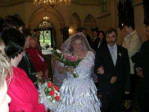 ... a za ním nevěsta