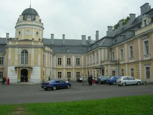 přijíždíme k zámku, kde se konala svatební hostina