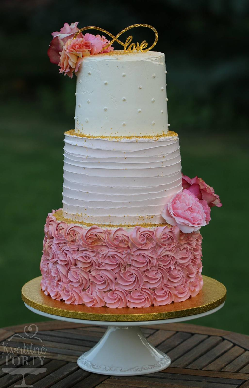 Naša ružovo-zlatá svadobná výzdoba od FlorDeLuxe - svadobná torta - upiekla nám ju šikovná pani Cviková - Kvalitné torty