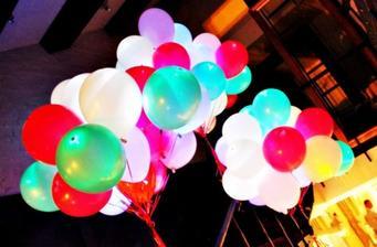 Červené a bílé svítící LED balónky objednány