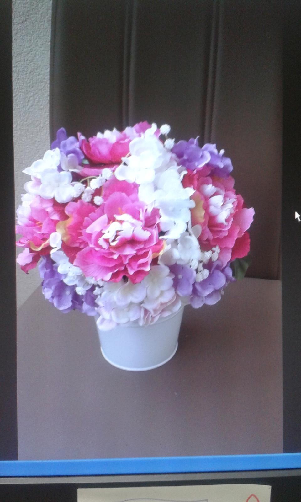 Chytila som svadobnú kyticu na kamarátkinej svadbe .... - ikebany ktoré budú zdobiť schody pred  vchodom do sály... :)