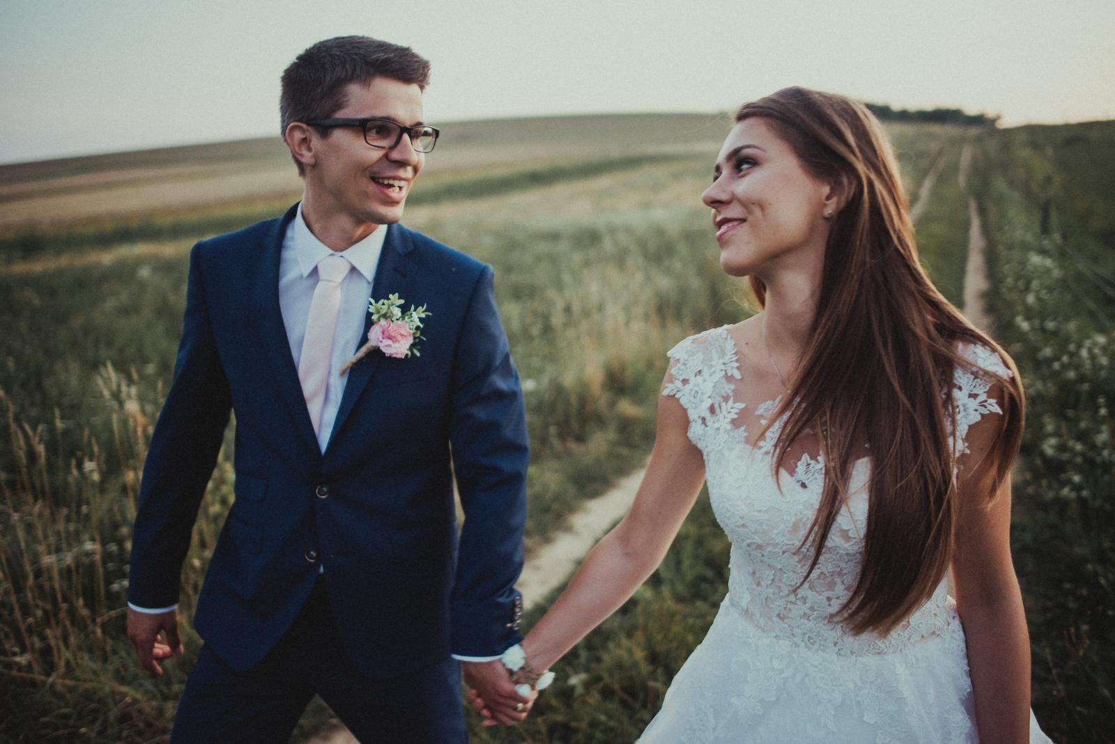 Ahojte nevestičky, tak my už máme tiež po svadbe, všetko bolo úžasné stále máme v sebe radosť z toho krásneho dňa...:) Aspoň jedna foto na začiatok, potom pridám aj album pre inšpiráciu...:)  ps: fotene po svadbe, preto ten učes :) - Obrázok č. 1