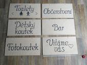 Dřevěné cedule s nápisy,