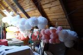 200ks rozdělaných pompomů v růžové a bílé barvě,