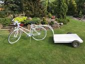 Bílé kolo s vozíkem,