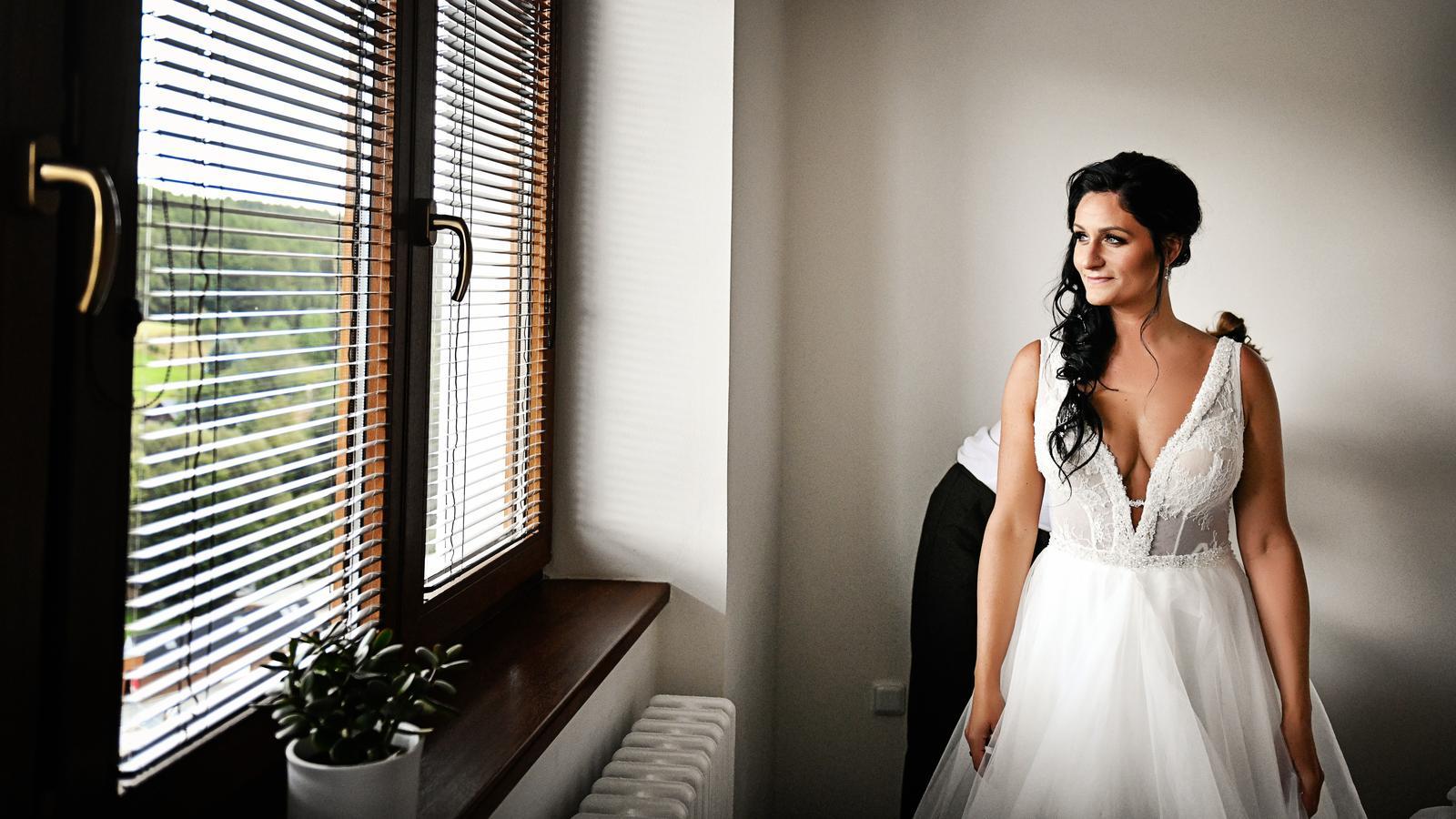 Svatební šaty na míru s výstřihem 36 - 40 - Obrázek č. 2