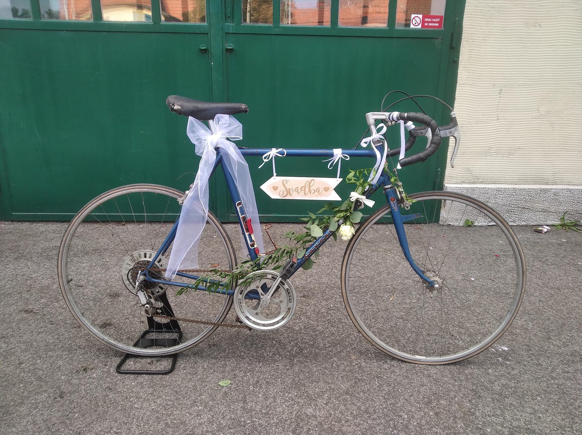 ❤️K&P❤️ Prípravy na náš deň 🥰 - Nás svadobný bicykel. Umiestnený bol inde, pri vstupe do záhrady kde bol obrad. Neskôr v interiéri