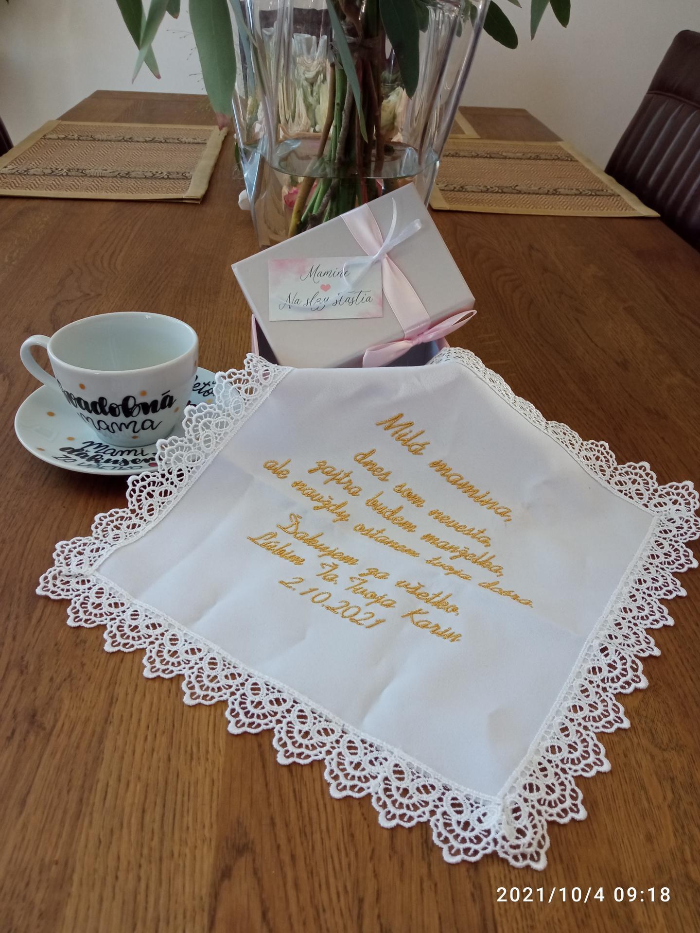 ❤️K&P❤️ Prípravy na náš deň 🥰 - Darčeky pre maminu - šálka svadobná mama a na druhej strane s menom od Nakreslené Mugs by Nikky (hrnčeky pre otcov som už nestihla odfotiť :) ) a vreckovka na slzy štastia.