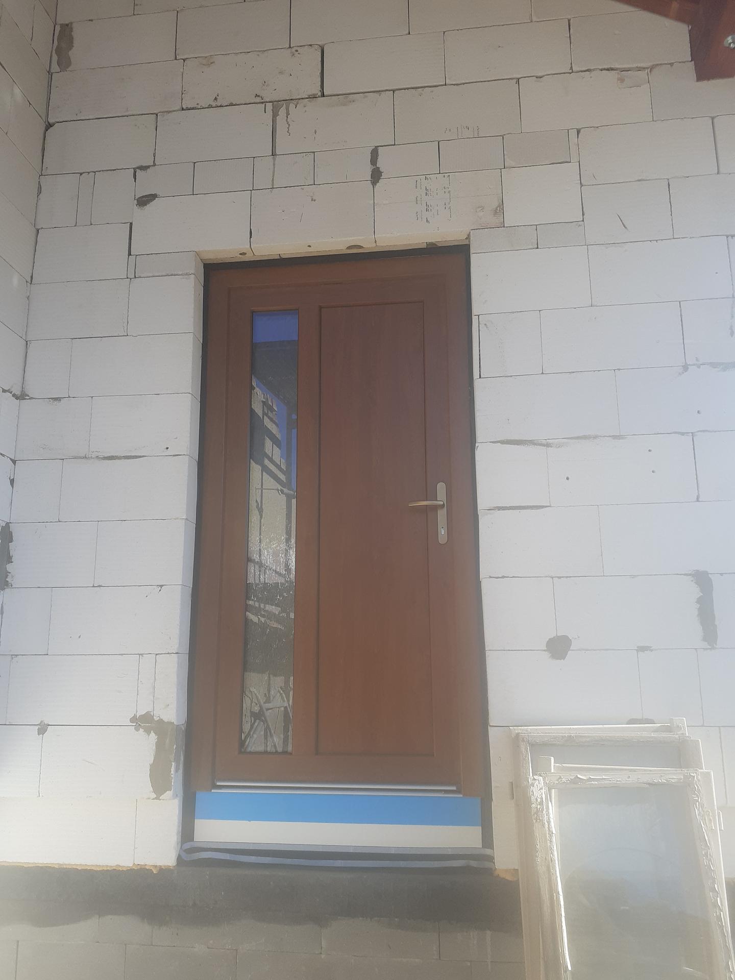 Hrubá stavba - Začátek března 2021 -okna a dveře.