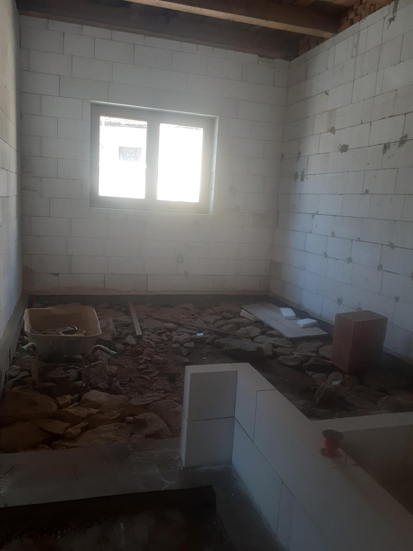 Hrubá stavba - Březen 2021 - dozdívání příček mezi ložnicí, koupelnoz, záchodem, spíží a kuchyní.