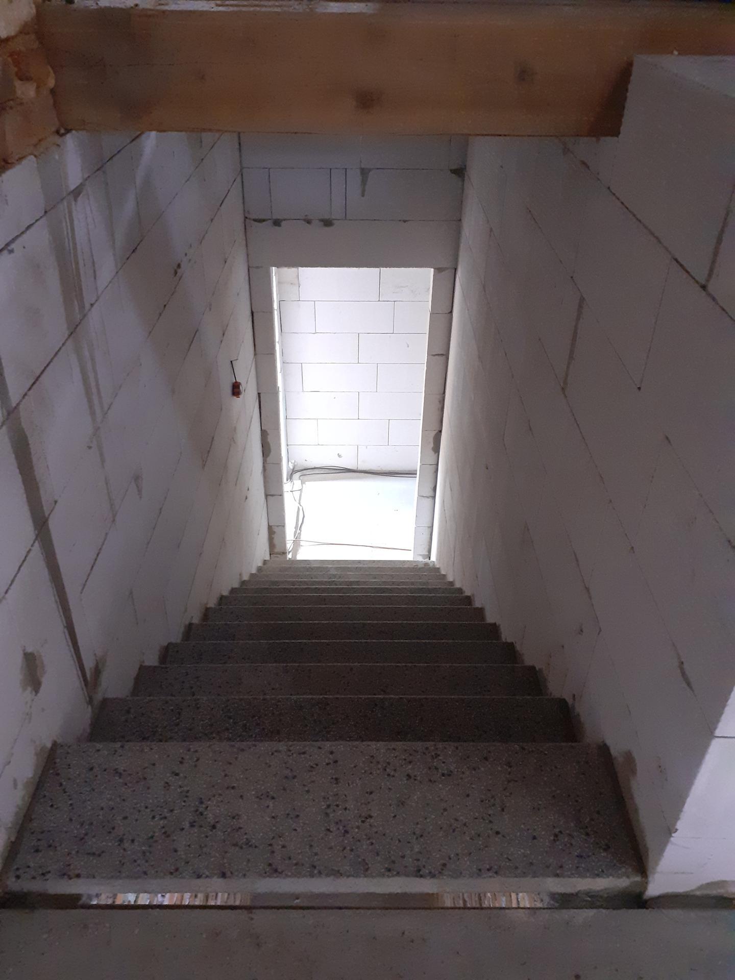 Hrubá stavba - Květen 2021 - schody.