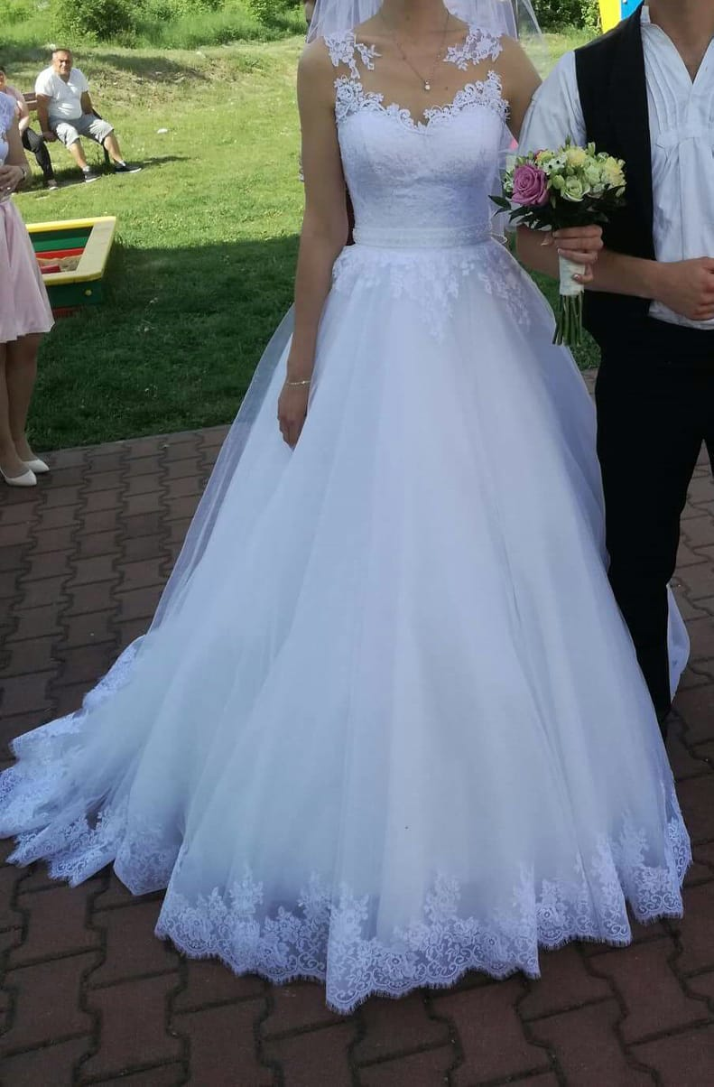 Svadobné šaty s čipkou a vlečkou - Obrázok č. 1