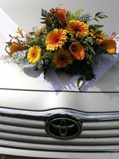 nevěstina kytka na auto