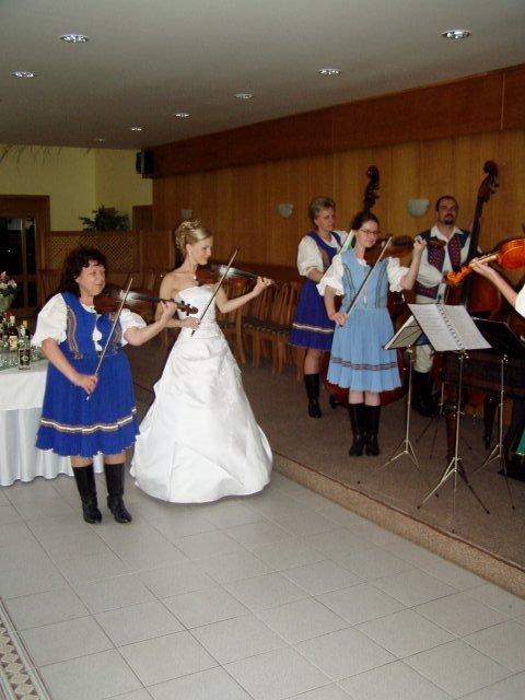 Julinka{{_AND_}}Peťko - hraniu som sa nevyhla ani ja, v súbore máme tradíciu, že každý si na vlastnej svadbe zahrá :-)