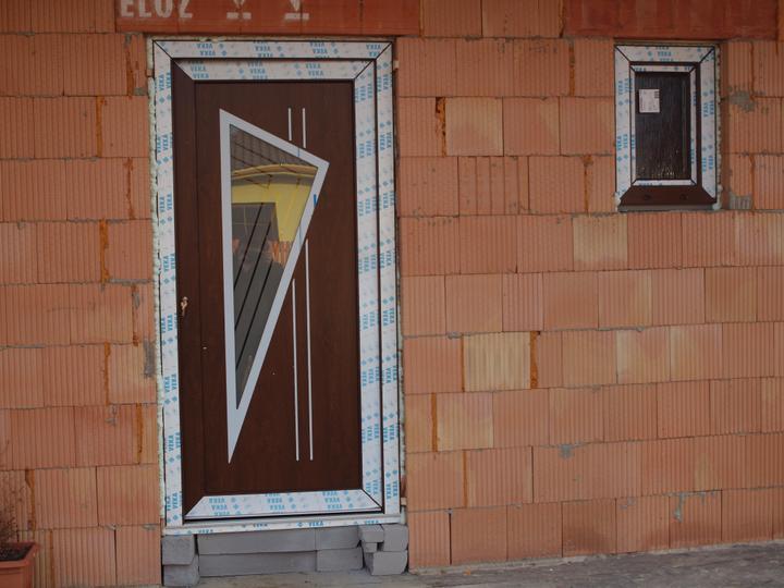 Hrubá stavba 06/2011 - detail dveří - Lenka
