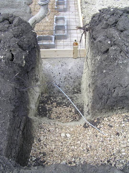 Hrubá stavba 06/2011 - navázání základů na horní desku
