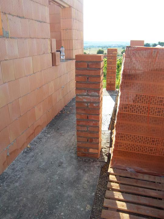 Hrubá stavba 06/2011 - zádveří mělo být o 7 cm širší, no což, když základy dělal tesař a neumí udělat správně rohy...