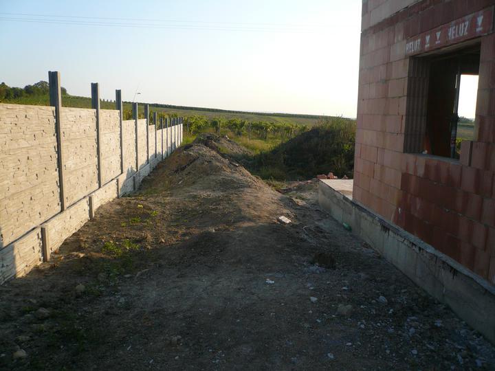 Hrubá stavba 06/2011 - průjezd s hotovým plotem, teď už mám vzadu hotovou i zahrádku