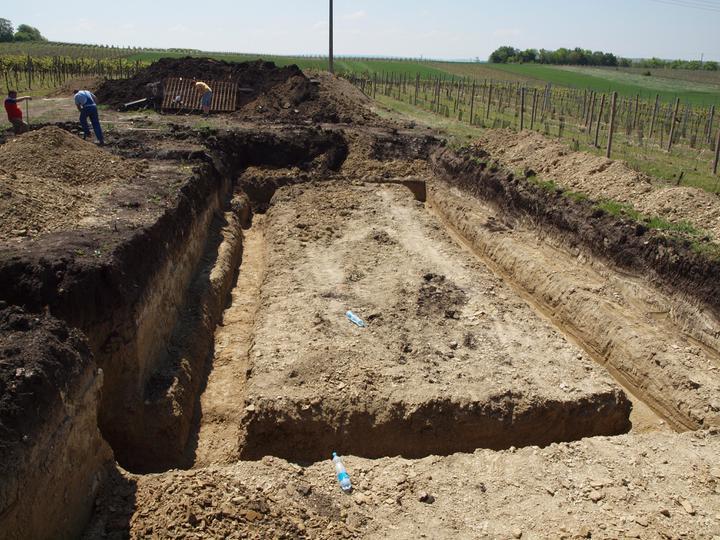 Hrubá stavba 06/2011 - vykopané základy na sklep, vyadním rohu byly skoro 2 m na 25, tak jsme půlku domu podsklepili