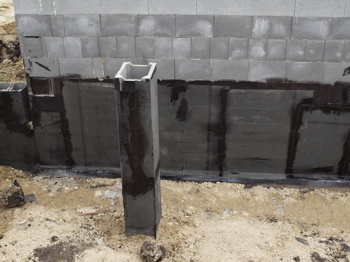 Hrubá stavba 06/2011 - základ pro sloupky na zádveří