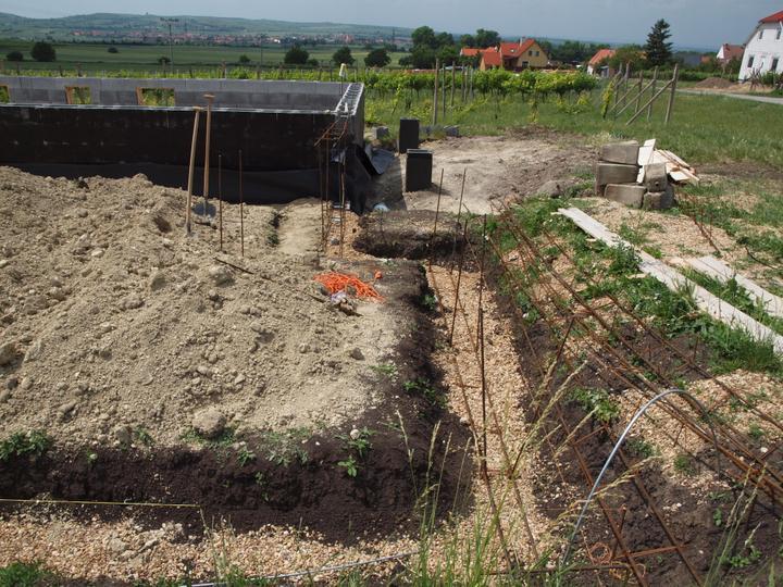 Hrubá stavba 06/2011 - vázání želez, tady bude kuchyň