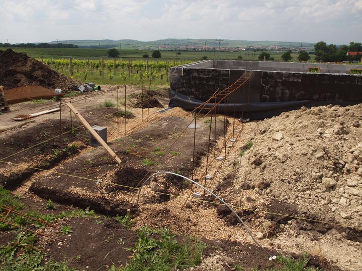 Hrubá stavba 06/2011 - vázání želez na základ pro terasu