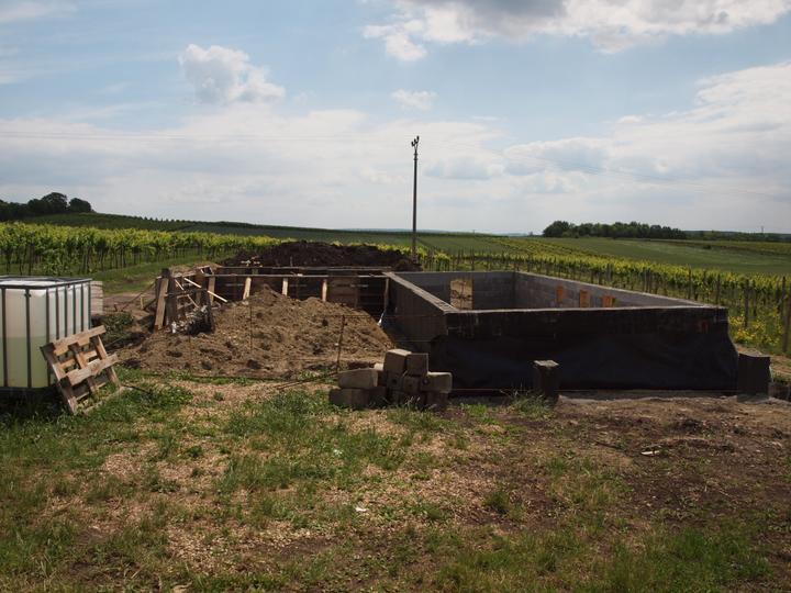 Hrubá stavba 06/2011 - základy na desku - přízemí