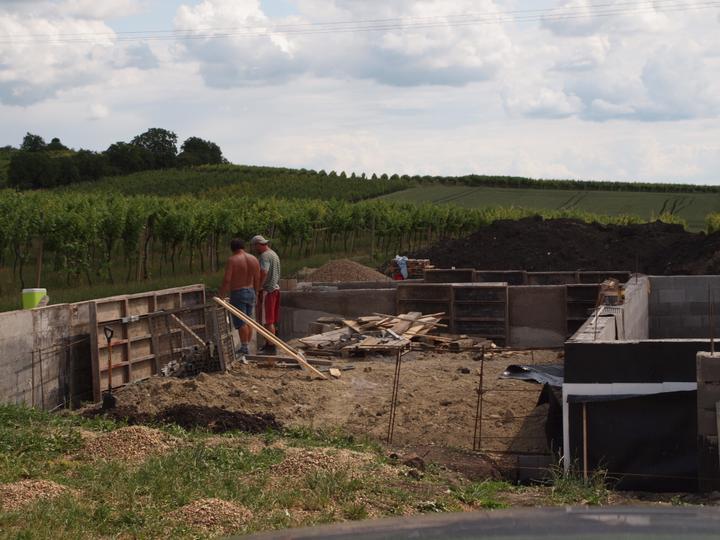 Hrubá stavba 06/2011 - to budem zavážet bazén :-D