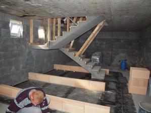 4.4.12, sklep-odšalování schodů, izolace a zdíme špajz