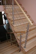 tak bude vycházet schodiště do podkroví z podesty, jen bude s nášlapy v tmavě hnědé barvě