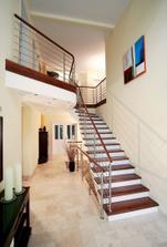 taková je naše představa obložení schodiště i se zábradlím, jen nevím, z čeho udělat ty svislé stěny, jestli oomátnout a natřít bílou omývatelnou barvou nebo obložit nějakou deskou